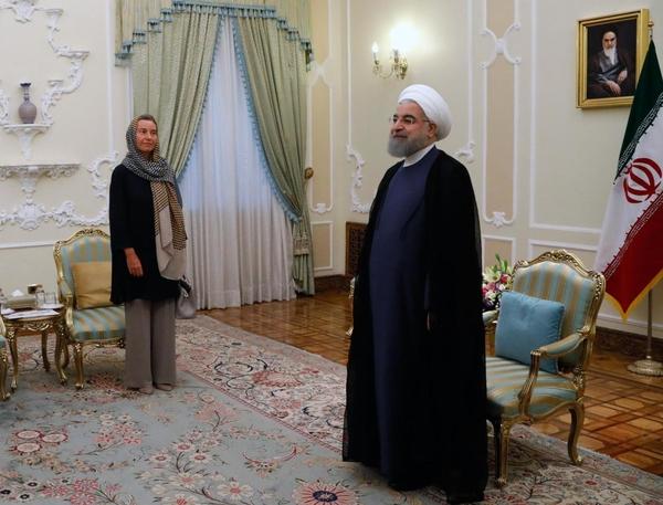 Durante su reciente visita a Irán, la Alta Representante de la UE para la Política Exterior y de Seguridad, Federica Mogherini (izquierda) se codeó con hombres que han ordenado la muerte de miles de mujeres (y de hombres). ¿Acaso pensó siquiera en los cientos de personas que han sido ejecutadas, a menudo luego de mascaradas judiciales, de acuerdo con la legislación islamista de ese país? (Foto: Comisión Europea)