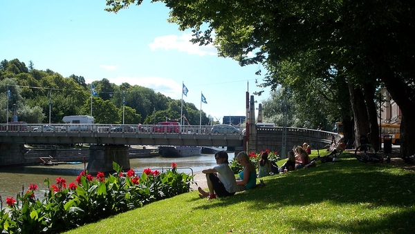 ¿Yihad... en Finlandia? Los terroristas no necesitan excusas para matar 'infieles'. El 18 de agosto un terrorista islámico asesinó a dos mujeres en Turku, Finlandia, durante una ronda de apuñalamientos en la plaza del mercado de la ciudad. En la imagen, el río Aura a su paso por Turku. (Foto: Arthur Kho Caayon/Wikimedia Commons).