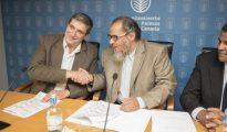 El concejal de Podemos Javier Doreste (i) y Saud bin Abdullah el Gudaian firman el acuerdo en 2015 (El Confidencial).