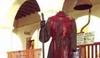 La estatua de fray Junípero Serra de la ciudad californiana de Santa Bárbara, decapitada y pintada de rojo.