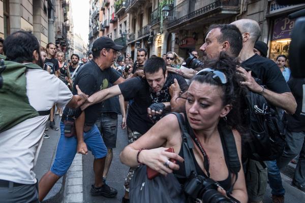 """Cuando, luego del atentado en Barcelona, un grupo de gente se reunió en el escenario del crimen para exigir que se tomen medidas más duras contra la creciente influencia del islamismo en el continente, se le opuso una concentración 'antifascista'. En la imagen, tomada en Las Ramblas de Barcelona el 18 de agosto de 2017, varios 'antifascistas' golpean a un hombre al que acusaban de ser un """"simpatizante de la derecha"""". (Foto Carl Court/Getty Images)."""