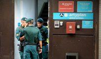 Agentes de la Guardia Civil a la entrada de la imprenta Artyplan, en Sant Feliu (El Periodico)