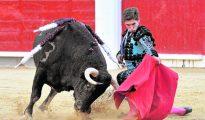 Ginés Marín, en un torero muletazo rodilla en tierra