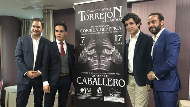 Gonzalo Caballero, junto al cartel de la corrida, acompañado por Felipe Juan Froilán y David Casas