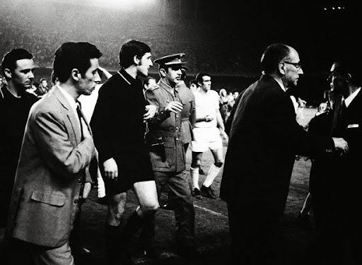 Guruceta saliendo escoltado del Nou Camp por un penalty señalado a favor del Madrid.