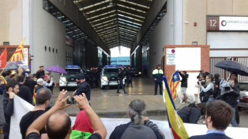 Independentistas catalanes gritan contra la Guardia Civil en la imprenta de Sant Feliu en que ha tenido lugar uno de los registros.