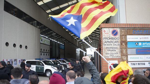 Simpatizantes independentistas protestan ante los agentes de la Guardia Civil,