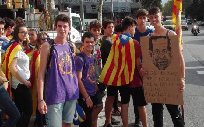 Jóvenes manifestantes en Plaza de Cataluña (Expànsión)