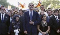 El presidente español Mariano Rajoy, el rey Felipe VI y el presidente catalán Carles Puigdemont, en la cabecera de la manifestación de Barcelona contra el terrorismo, con banderas independentistas al fondo