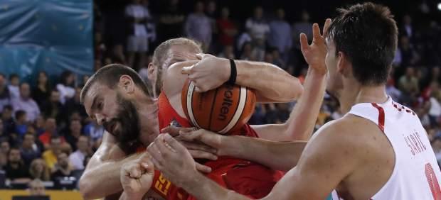 Marc Gasol ante la defensa de Zoric y Saric en el España - Croacia del Eurobasket.