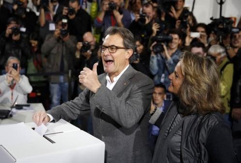 Artur Mas y su esposa tras votar en la consulta del 9-N
