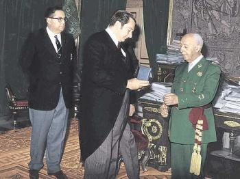 Agustín Montal, presidente del F.C. Barcelona le entrega al Caudillo la Medalla de Oro del club.