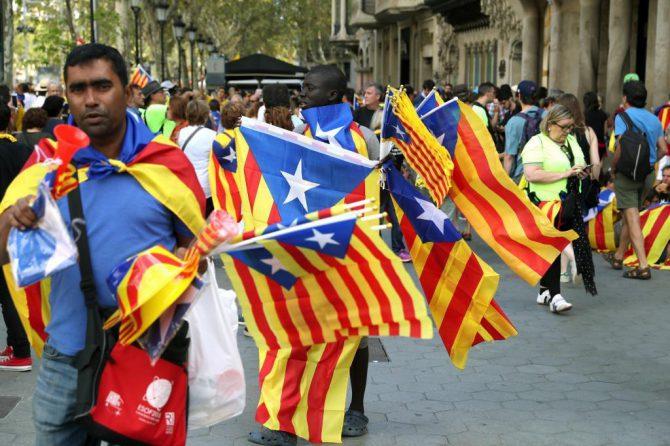 Los 'top manta' aprovecharon la Diada para vender esteladas a tres euros (foto Expansión).