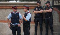 Agentes de los Mossos y de la Policía Nacional, durante la reunión de coordinación del lunes (ABC)