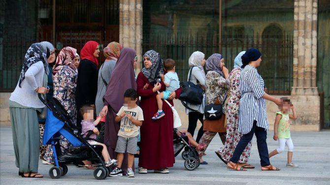 Mujeres musulmanas con sus hijos en Ripoll (Gerona), el pasado 20 de agosto. (Foto El Periódico)