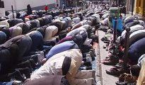 Musulmanes rezando en una calle de Cataluña.
