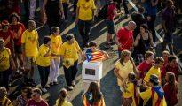 Un niño envuelto en una bandera independentista y una urna, símbolo del 9-N durante una manifestación pro independencia