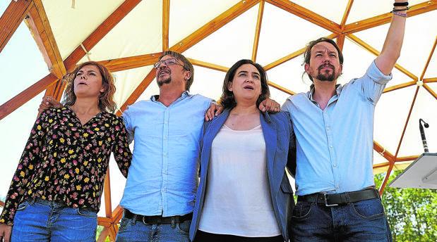 Pablo Iglesias(derecha), junto a Ada Colau, Xavier Domènech y Elisenda Alamany en Santa Coloma de Gramenet