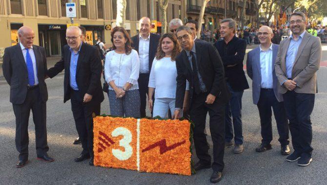 Dirigentes de TV3 durante la ofrenda floral en la Diada