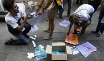 Estudiantes universitarios y voluntarios reparten propaganda y papeletas del referéndum