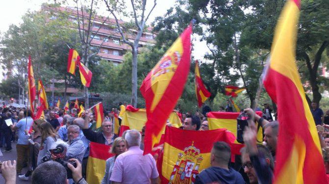 Catalanes ante la sede de la ANC