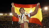Miguel Ángel Perera se marcha a hombros del coso venteño con la bandera de España
