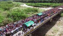 Imagen de cientos de venezolanos cruzando la frontera con Colombia
