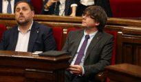 El presidente de la Generalitat de Cataluña Carles Puigdemont (d), junto al vicepresidente Oriol Junqueras (c).
