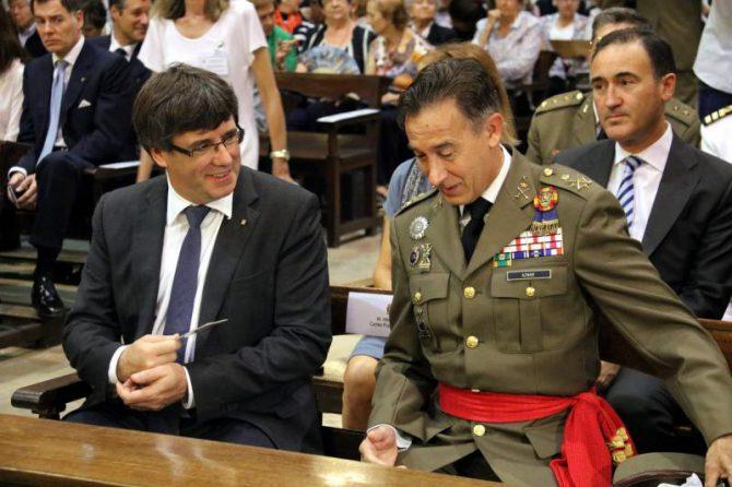 El golpista Carles Puigdemont y el general Fernando Aznar Ladrón de Guevara compartiendo risas, esta mañana.