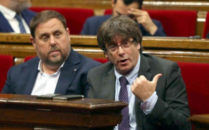 El presidente de la Generalitat, Carles Puigdemont (d) junto al vicepresidente del Govern, Oriol Junqueras (i).