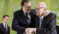 Mariano Rajoy abraza al primer presidente electo de Galicia, Gerardo Fernández Albor