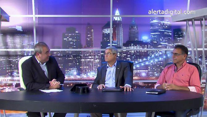 """Imagen del programa """"La ratonera"""". Arando Robles, a la izquierda, con dos dos agentes de la Guardia Civil invitados al programa."""