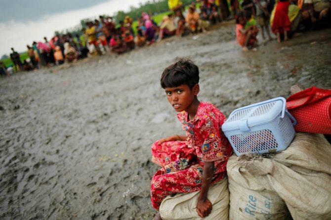 Una niña rohingya bajo custodia de la Guardia Fronteriza de Bangladesh, en Teknaf.