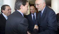 Amores que matan: El valenciano Juan Roig saluda a Artur Mas.