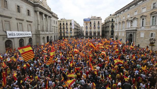 Manifestantes en la plaza San Jaume de Barcelona en favor de la unidad de España