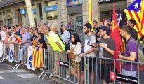 Separatistas catalanes increpan a la representación de los socialistas catalanes que acudió a la ofrenda a Rafael de Casanova (foto e-noticies).