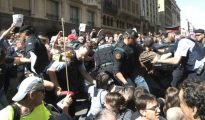 Altercados en Vía Laietana cuando agentes de la Guardia Civil trataban de sacar cajas de la Consejería de Exteriores.