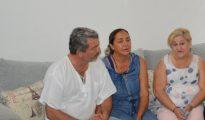 De izquierda a derecha, Jorge Fernández Villarreal y Adriana González, padres de Jorge Fernández, presunto homicida de su esposa, la española Pilar Garrido, y Rosa María Santamans Martín, madre de la española