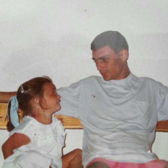 Imagen entrañable del teniente coronel Área Sacristán con su hija.