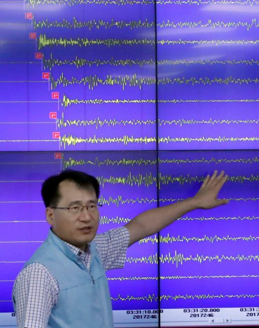 Un empleado de la Administración Meteorológica en Seúl, Corea del Sur, explica los patrones del terremoto registrado en Corea del Norte