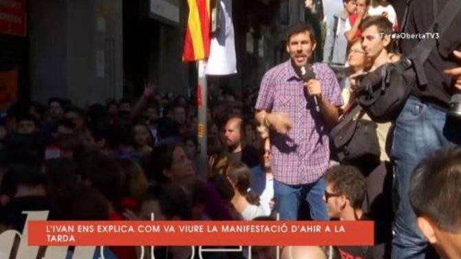 Iván Medina, periodista de TV3, da saltos en el capó de un coche de la Guardia Civil.