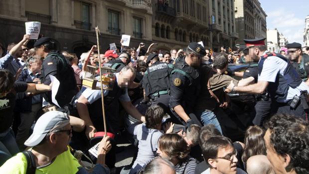 Momento de los altercados que se han producido en Via Laietana cuando agentes de la Guardia Civil trataban de sacar cajas de de la consejería de Exteriores