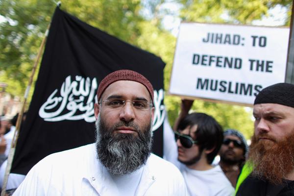 """Anyem Chuday, islamista británico preso por llamar a apoyar al Estado Islámico, cree que los musulmanes tienen derecho a las prestaciones sociales porque son una suerte de yizia, la tasa que se impone a los no musulmanes como recordatorio de que son inferiores a los musulmanes y están permanentemente sometidos a ellos. Él mismo recibió 500.000 libras (640.000 dólares) en prestaciones, a las que denominaba """"subsidio para el reclutador de la yihad"""". (Foto: Oli Scarff/Getty Images)."""