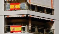Imagen de las banderas de España tomada este martes en un edificio del centro de Valencia