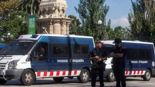 Furgones de los Mossos, en los alrededores del Parlament el 10 de octubre
