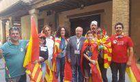 Gerard Bellalta (en el centro) , con patriotas catalanes.