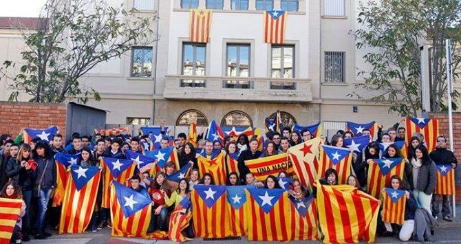 Alumnos de un instituto de Vic (Barcelona) posando con banderas independentistas