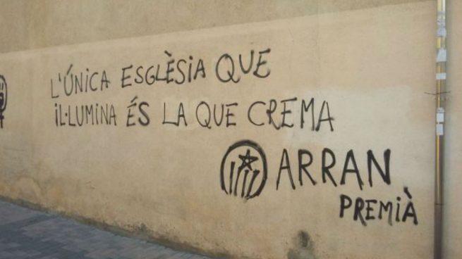 Pintada terrorista en una iglesia de Cataluña firmada por Arran, las juventudes de la CUP.