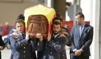El féretro de Borja Aybar es portado por compañeros de la base de Los Llanos (Albacete)
