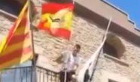 Momento en el que Raúl Macià coloca la bandera de España en el bancón del Ayuntamiento de Balsanery (Barcelona).
